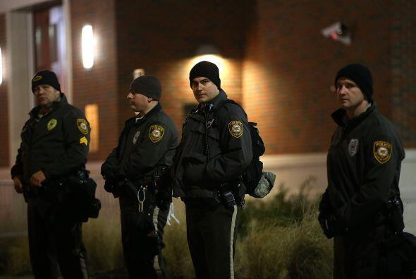 Agentes de la policía del condado de St. Louis montaron guardia frente a...