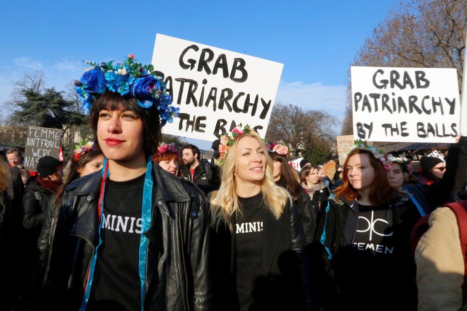 Estas mujeres marchan en París, Francia con pancartas que emulan el sexi...