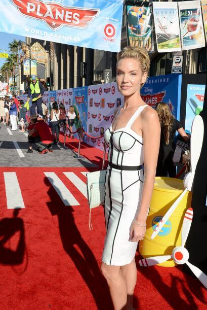 La moda del 'bustier' sigue estando presente y Ashley Scott no dud&oacut...