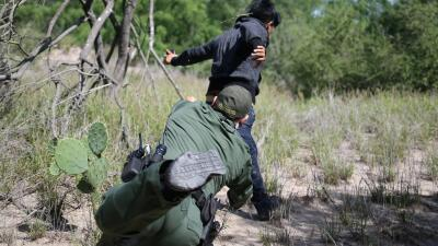 Un joven deshidratado, otro que intenta huir: un día en la rutina de la Patrulla Fronteriza en Texas (fotos)