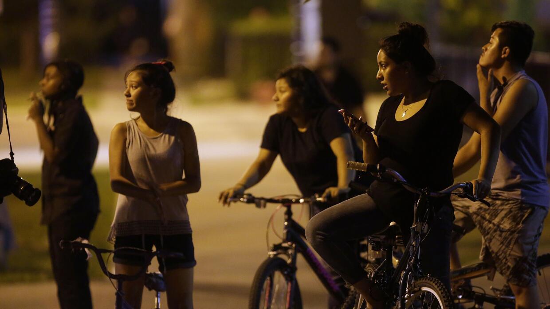 Jóvenes en el vecindario de Little Village, en Chicago, luego de un tiro...