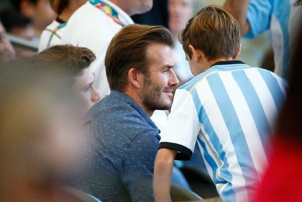 Beckham, muy atento a sus chicos. Mira aquí los videos más...
