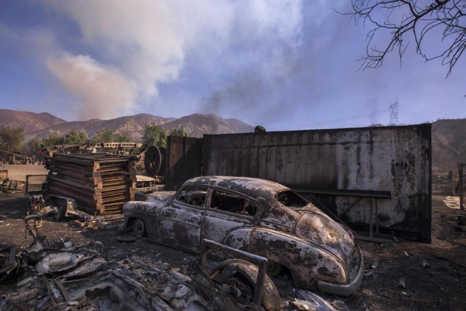 Un auto antiguo quemado en Sylmar, en el norte de Los Ángeles. El...