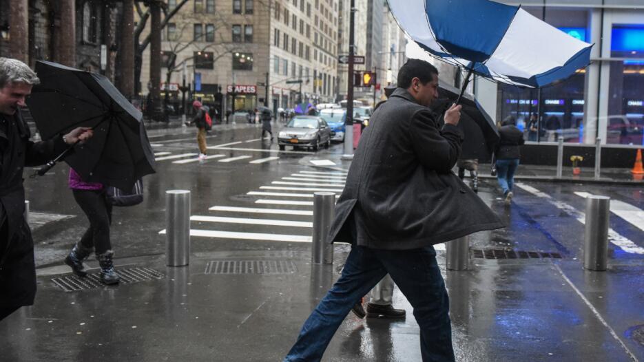 En la ciudad, las ráfagas de viento, combinadas con la lluvia, han ocasi...