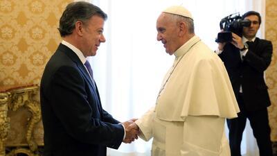 Francisco ofrece su ayuda a Juan Manuel Santos