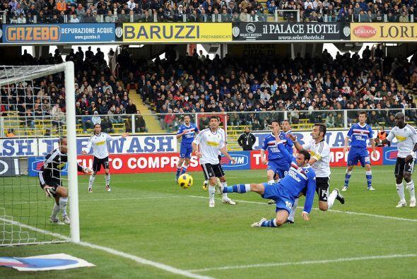 El atacante Gianpaolo Pazzini era de los hombres que más buscaban el gol...