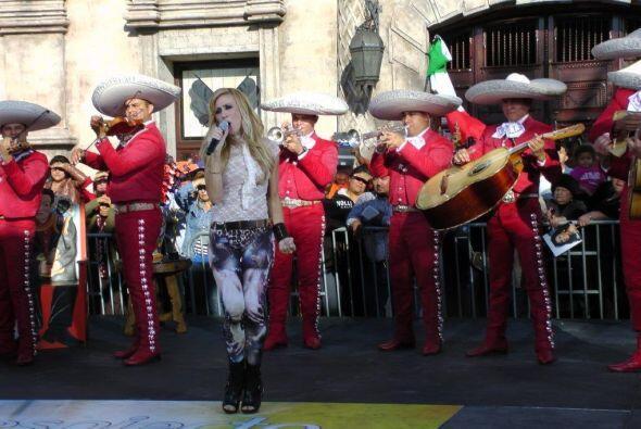 Noelia se lució cantando con el mariachi.