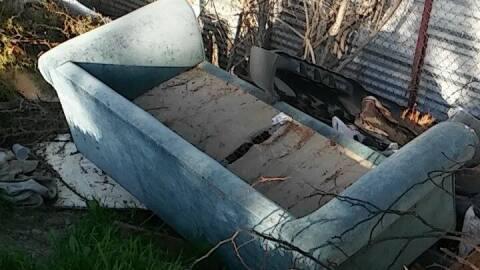 Sofá tirado en el callejón junto a la casa de Esperanza Ha...