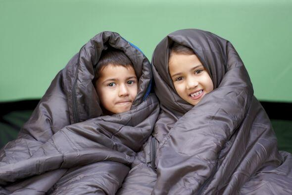 La tienda. ¡Practiquen acampar en casa! Monta la tienda de campaña en el...