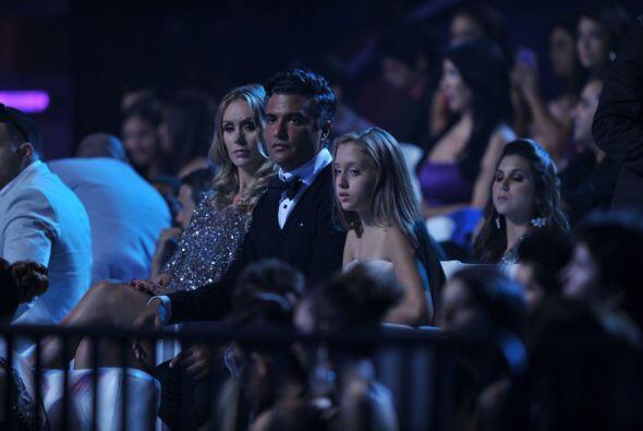 Jaime Camil estuvo muy trajeadito y haciendo muecas mientras veía a sus...