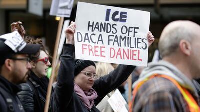 Manifestantes protestan por la detención del dreamer Daniel Ram&i...