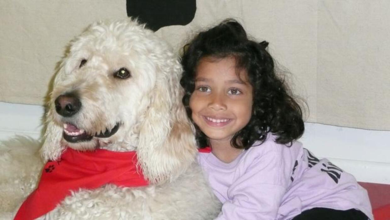 La niña Ehlena Fry y su perrito Wonder