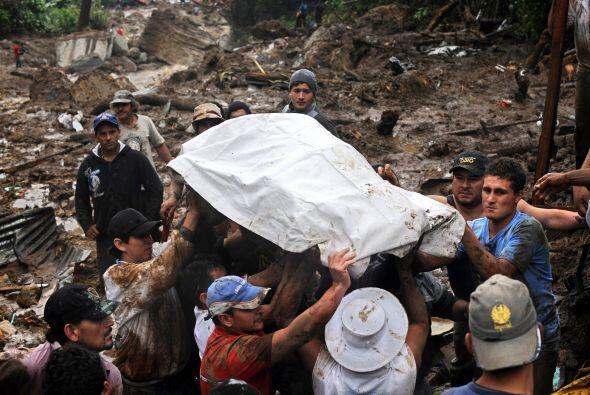 Además de las víctimas del deslave unas 135 mil personas c...