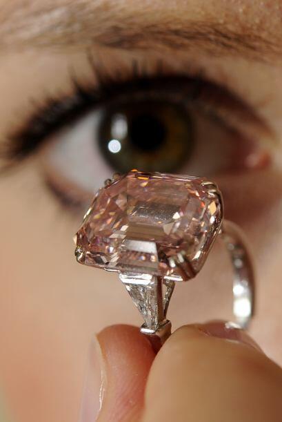 El hermoso diamante rosa de 10.99 quilates está engastado sobre un anillo.