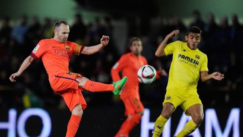 El mexicano enfrentando a Andrés Iniesta en un duelo contra el Barcelona.
