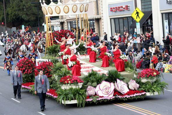 Más de 40 carrozas y 20 bandas de música desfilaron este año en el Rose...