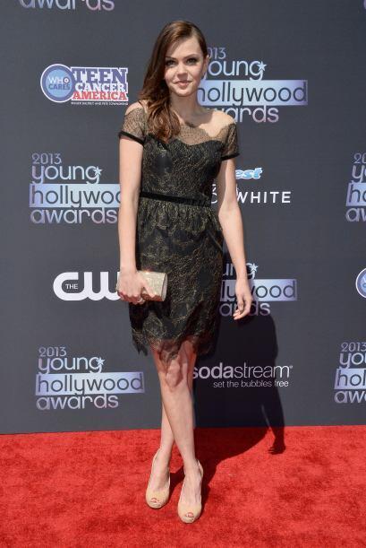 Aimee Teegarden se inclinó por un vestido con transparencias y tonos osc...