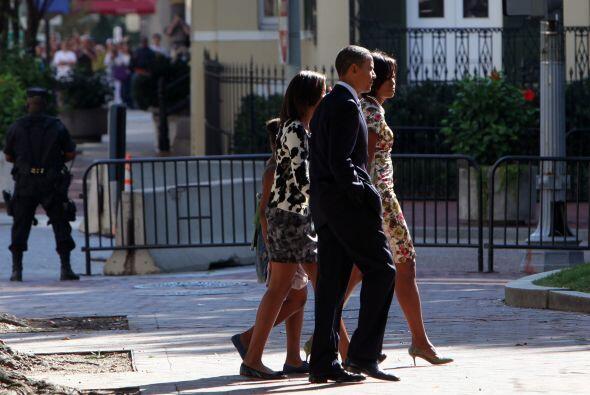 El gobernante estadounidense cruzó la avenida Pensilvania, de la mano de...