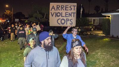 Cientos de personas protestan en Anaheim por la actuación de un policía en un altercado con menores