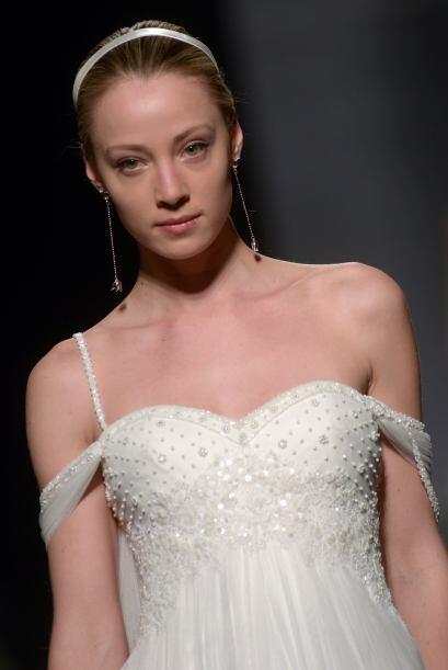 COMILLAS: Es un vestido de tul con bordado de pedrería en color natural....