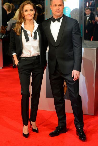 Angelina eligió un traje blanco y negro del diseñador Yves Saint Laurent...