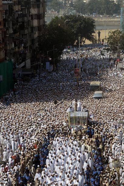 Se produjo después de que miles de fieles se agolparan ante el ed...