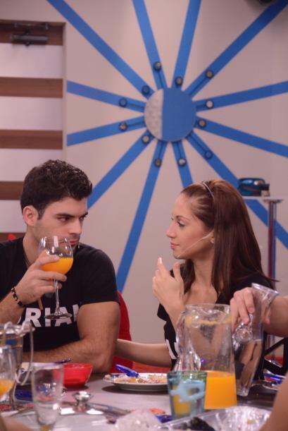 Laura y Adrián parecen ensayando una escena, así los fotografiamos en su...