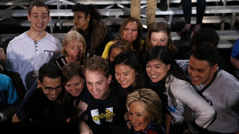 Clinton posa para una foto con jóvenes simpatizantes en Las Vegas