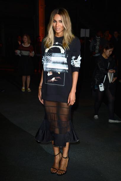 Con un 'look' un tanto rebelde posó Ciara. ¿Les gustó el 'outfit' que lu...