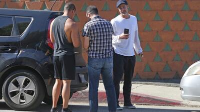Brad Pitt intercambia información con los otros dos conductores involucr...