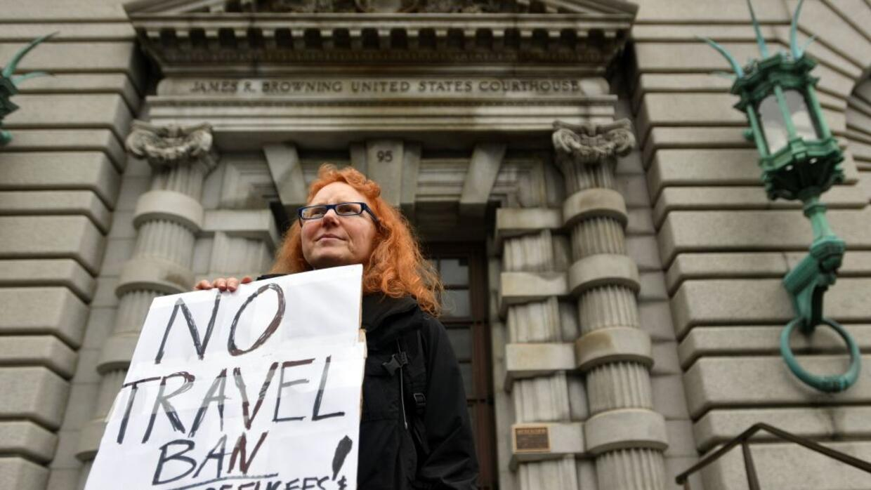 Una mujer protesta frent al edificio del Noveno Circuito las prohibicion...
