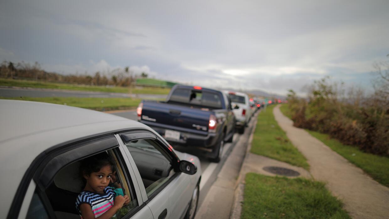 Una fila de autos esperando para poner gasolina en Las Piedras, Puerto R...
