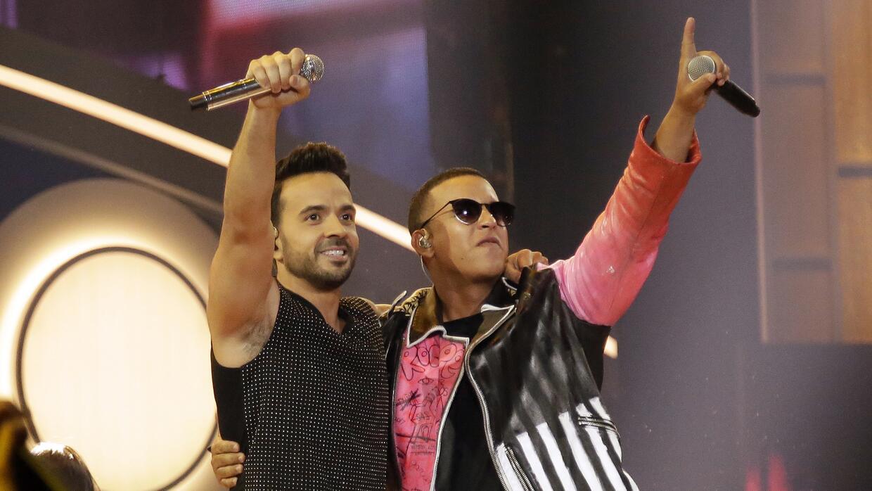 Luis Fonsi y Daddy Yankee durante la ceremonia de los Premios Billboard...