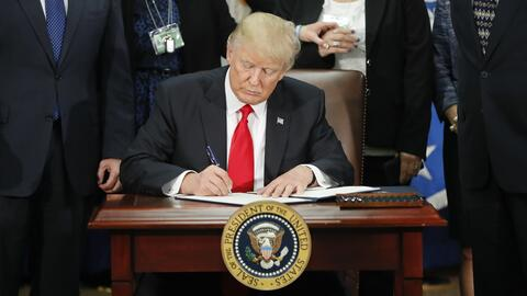 El presidente Donald Trump firma una orden ejecutiva sobre inmigración e...