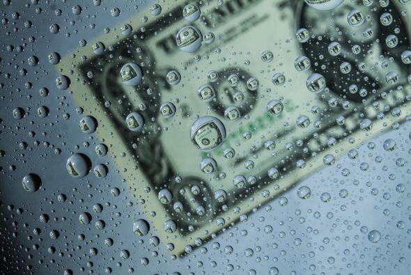 Sumergirás el billete del dólar seis veces en un vaso de agua que haya e...