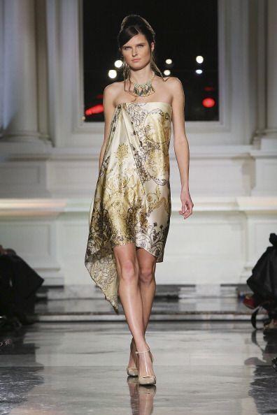 Los vestidos 'strapless' en telas satinadas y estampadas son otra súper...