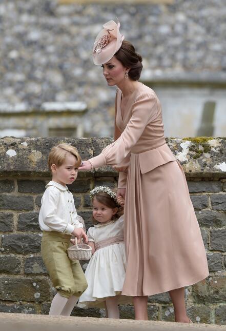La dama de honor Kate Middleton al pendiente de sus hijos George y Charl...