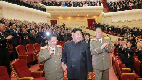Kim Jon Un en un acto de celebración junto con ingenieros y cient...