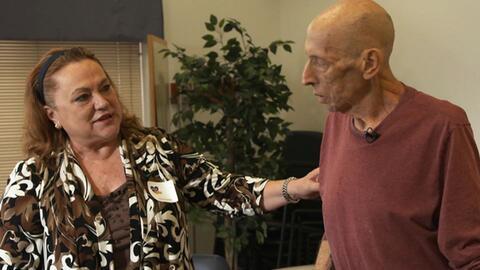 Un actor que representa a un paciente con Alzheimer avanzado interactúa...