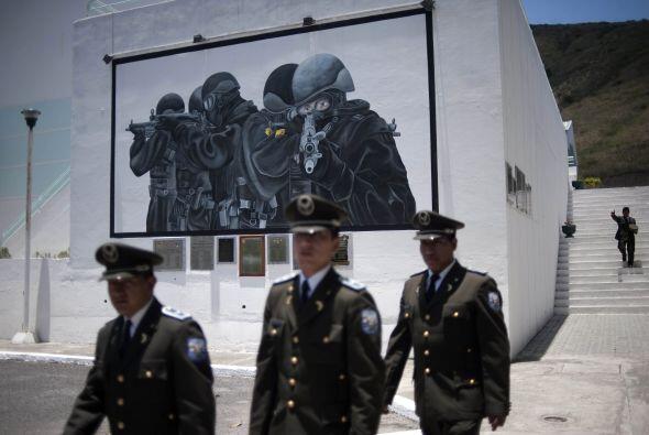 Tres altos oficiales de la Policía de Ecuador están detenidos mientras s...