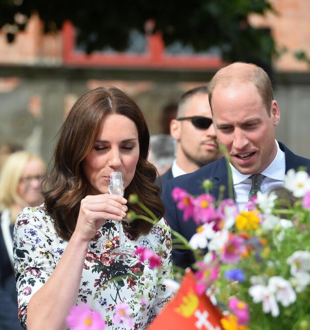 Con ojos cerrados, la Duquesa de Cambridge se alistó a probar la famosa...