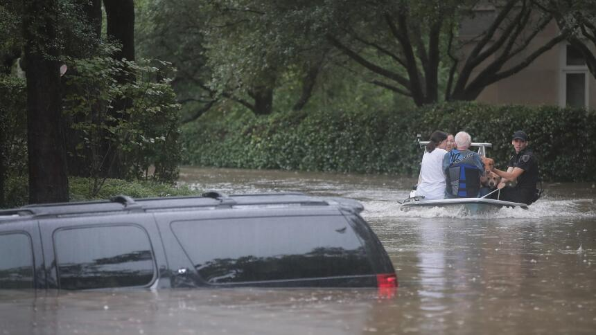 Qué hacer cuando se inunda tu automóvil  GettyImages-839916726.jpg