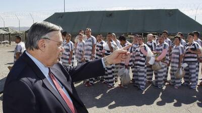 Exsheriff del condado Maricopa, Joe Arpaio, con un grupo de presos en la...