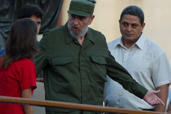 El ex presidente cubano Fidel Castro, reapareció con su tradicional unif...