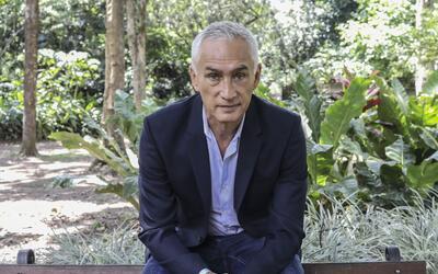 El periodista mexicano Jorge Ramos en el Jardín Botánico de Medellín.