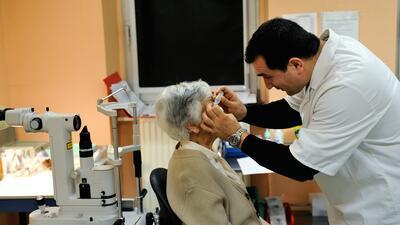 Foto ilustrativa de una mujer durante una visita al oftalmólogo.