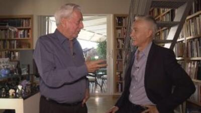 Jorge Ramos conversa con el escritor Mario Vargas Llosa, durante una ent...