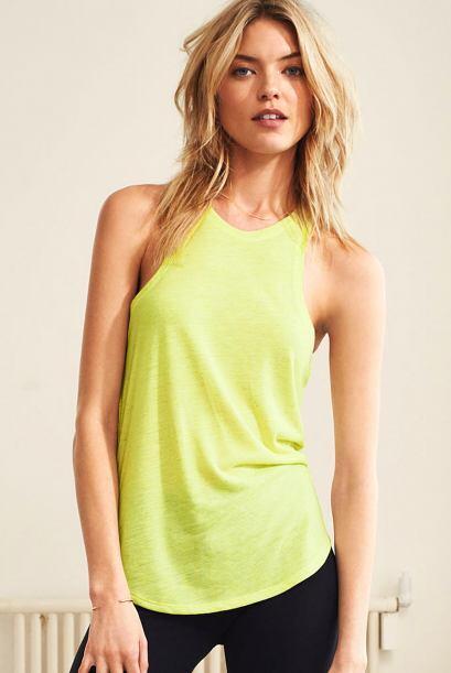 Con las camisetas tipo 'halter' te sentirás muy fresca.