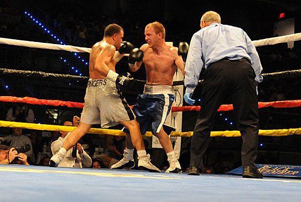 En el cuarto asalto los dos boxeadores se enfrascaron en un buen interca...