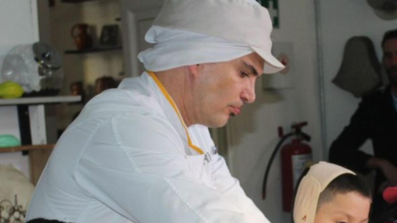 El actor les enseñó a varios niños a hacer chocolates.